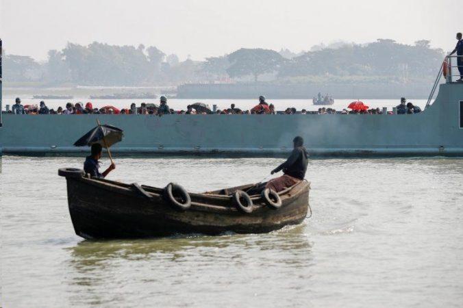 بنگلادش انتقال پناهجویان مسلمان روهینگیا را به جزیرهای دورافتاده آغاز کرد
