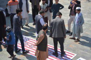 لگد مال شدن بیرق/پرچم های اسرائیل و آمریکا در آخرین نماز جمعه کابل+تصویر